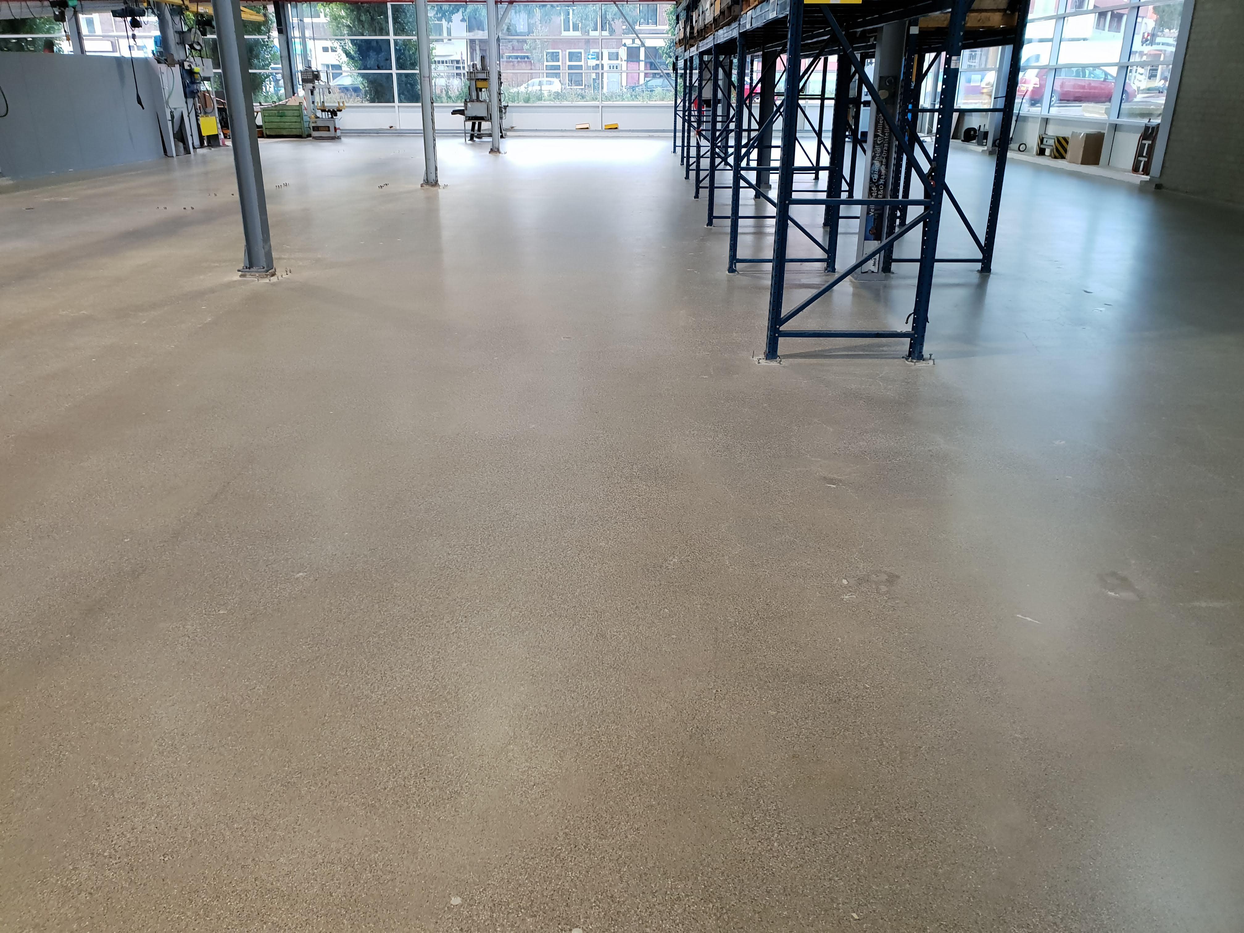 Beton polijsten: Met het polijsten van deze betonvloer nadat de oude en beschadigde gietvloer werd verwijderd is een nieuwe en representatieve betonvloer gemaakt klaar voor jaren gebruik.
