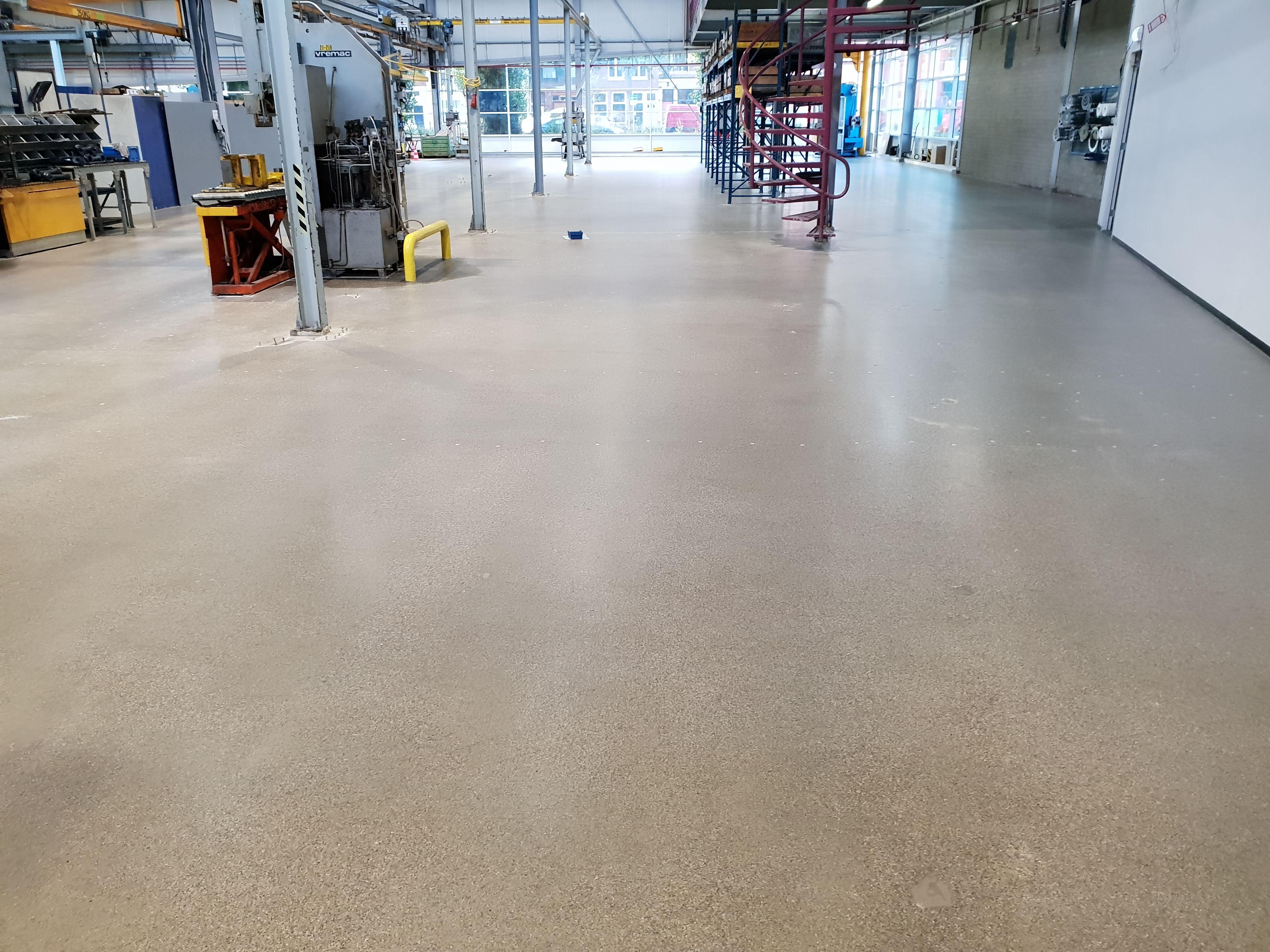Transformatie 6000 m2 Betonvloer met kunststof gietvloer naar Gepolijst Beton
