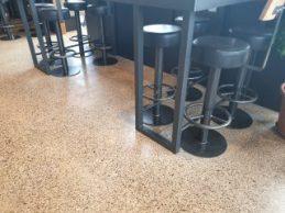 Prachtige beton terrazzo vloer in een restaurant