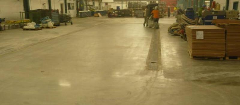 Na de behandeling door Moru, bestaande uit beton frezen, diamant schuren en impregneren is er weer een goede bedrijfsvloer gecreëerd