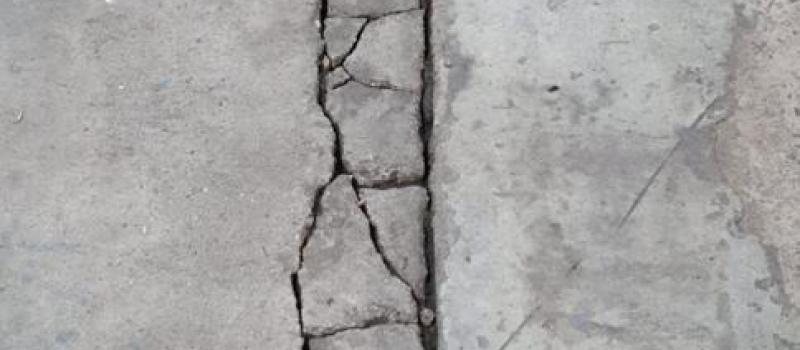 Beschadigde Dilatatie naad in betonvloer