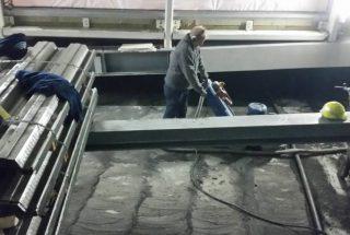 De stofzafzuiging voorkomt stofdwarreling en betonstof in de lucht terwijl de losgeachuurde bitumen achterblijven op de schoongeschuurde betonvloer