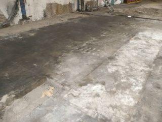 Een zwaar vervuilde betonvloer voorafgaand aan de vloer renovatie