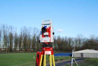 Met een total station kunnen wij elke ruimte in 3D inmeten en verzorgen wij ook de 3D laser sturing van onze machines